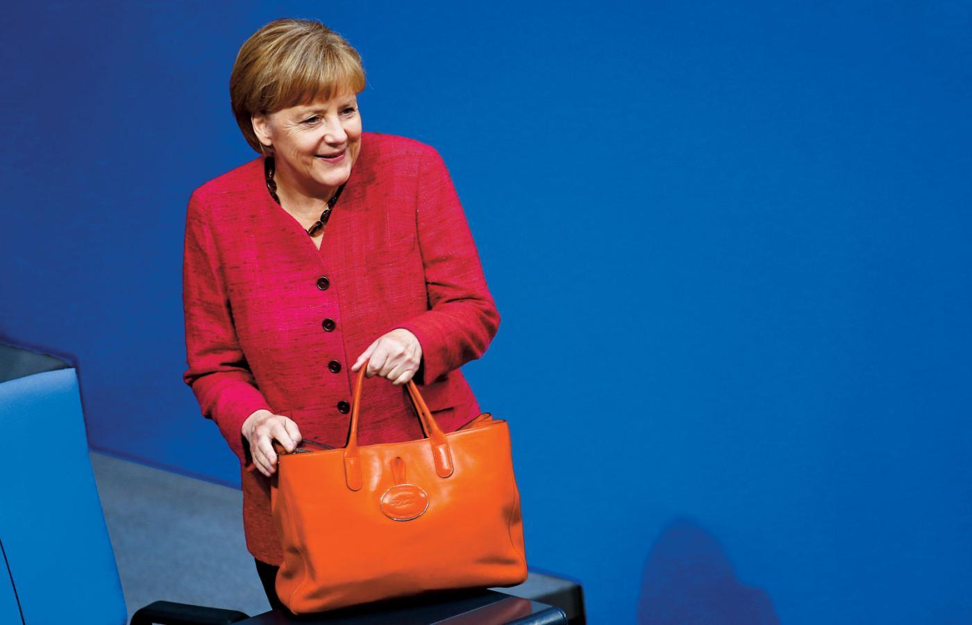 24f67865d36e3 ... ale też politycznej konsekwencji uchodzi Angela Merkel. Kanclerz  Niemiec przyrosła do garnituru o stałym kroju. Thomas Peter/Reuters / Forum