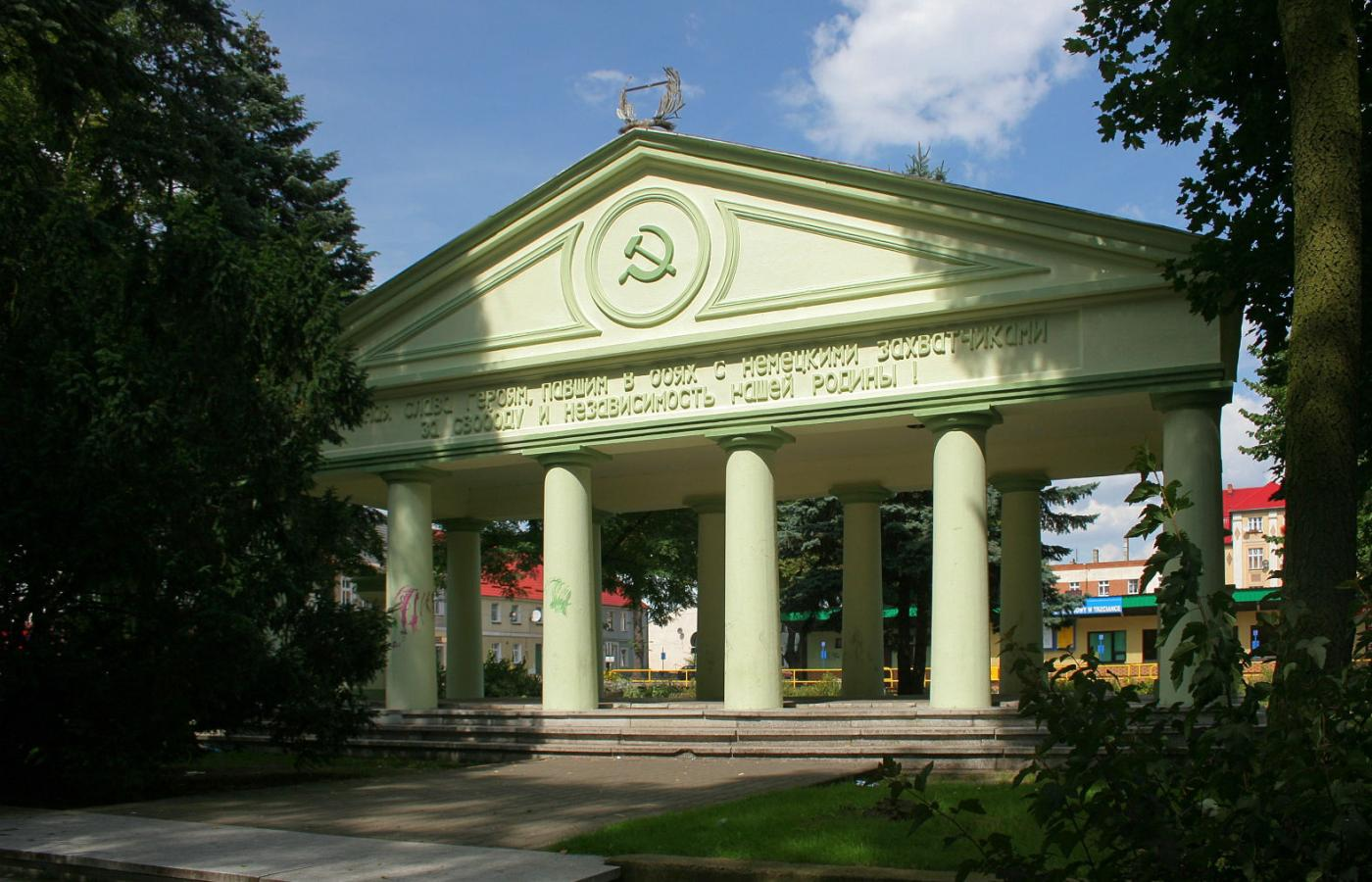 Znalezione obrazy dla zapytania: mauzoleum żołnierzy Armii Czerwonej w Trzciance
