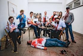 """""""Au revoir, Dogs!"""" to z kolei larp powstały w oparciu o """"Wściekłe psy"""" Quentina Tarantino. Krew jest sztuczna, ale zabawa tylko dla dorosłych."""