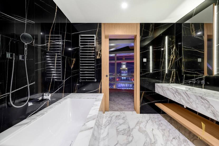 Роскошь часто имеет лицо известных архитекторов, в случае Złota 44 это имя Даниэля Либескинда, а также знаменитой лондонской студии Woods Bagot, которая занимается дизайном интерьеров.