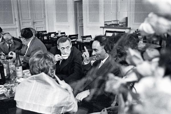 Prof. Leszek Kołakowski (z filiżanką) wsród socjologów UW, ok. 1957 r.