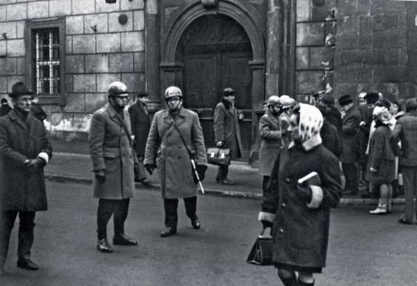 Blokada ulic w okolicach Rynku Głównego po wydarzeniach na Uniwersytecie Jagiellońskim, 15 marca 1968 r.