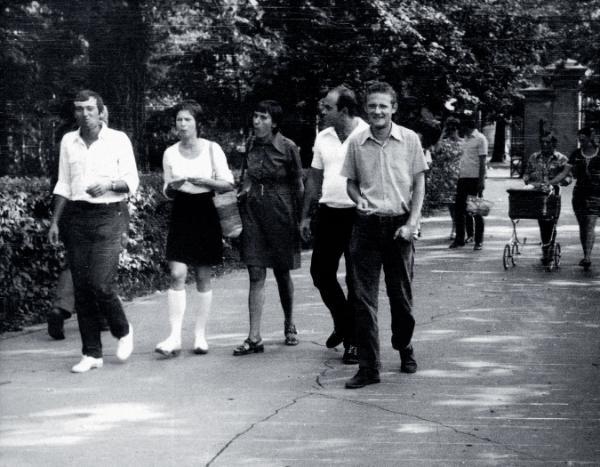 Seweryn Blumsztajn, Barbara Toruńczyk, Grażyna Borucka-Kuroń, Jacek Kuroń i Adam Michnik w warszawskich Łazienkach, 1967 r.
