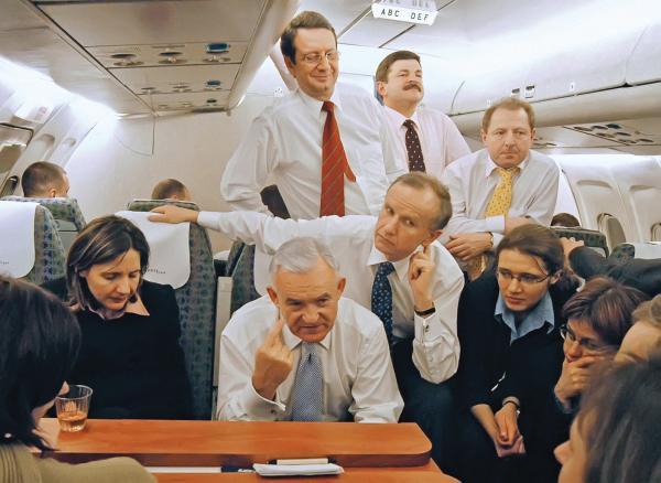 Premier Leszek Miller i wicepremier Grzegorz Kołodko z dziennikarzami na pokładzie samolotu wracającego z Kopenhagi po udanych negocjacjach z UE.