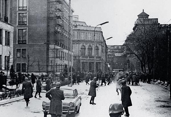 Na ul. Traugutta (w kierunku Kredytowej).