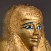 Kapłan boga Horusa, wizerunek na trumnie z Okresu Ptolemejskiego.