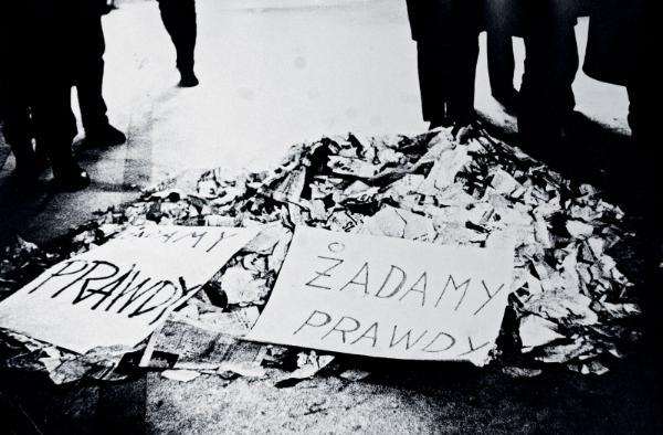 W hallu Politechniki Gdańskiej po wiecu, marzec 1968 r.