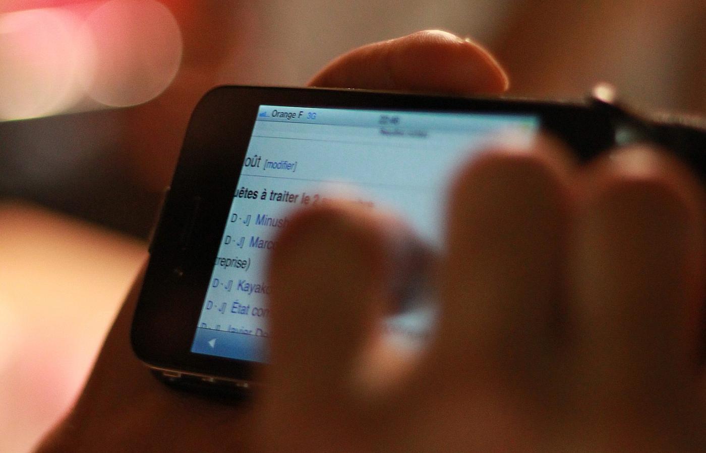 Umożliwia podłączenie telefonów iPhone i urządzeń z systemem Android.