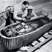 Howard Carter nad otwartą trumną Tutanchamona, 1925 r.