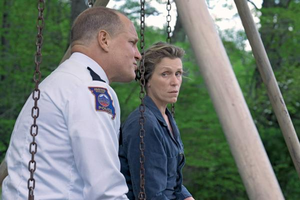 Matka (Frances McDormand) i szeryf (Woody Harrelson)