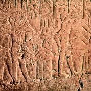 Zabieg obrzezania na reliefie z grobowca datowanego na czasy Starego Państwa.