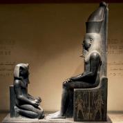 Wieczorny Atum w ludzkiej postaci z podwójną koroną (klęczy przed nim faraon Horemheb), rzeźba z granitu, XIV w. p.n.e.