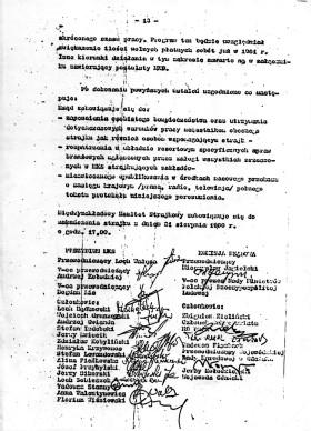 13 strona kopii porozumień. Z lewej potwierdzające porozumienie podpisy członków prezydium Międzyzakładowego Komitetu Strajkowego, z prawej - delegacji rządowej.
