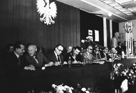 Mieczysław Jagielski (strona rządowa) i Wałęsa (reprezentujący MKS) podpisują porozumienie w stoczni.