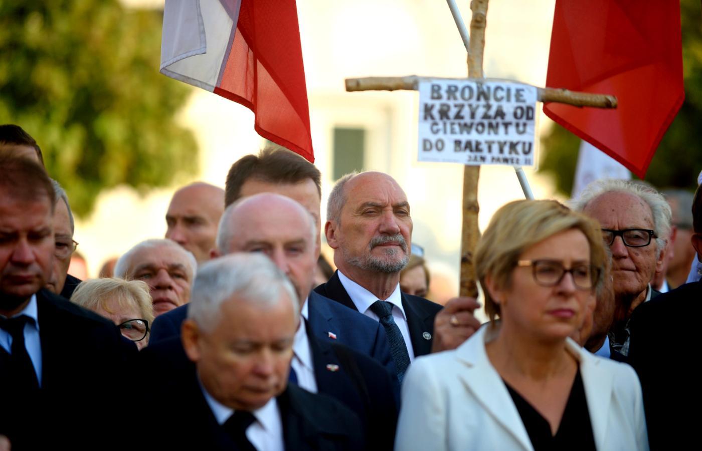 Grabarczyk winny w sprawie Smoleńska? Poseł odpowiada: To