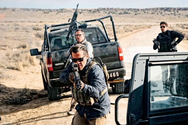 Josh Brolin jako Matt Graver, w tle po prawej – Alejandro (Benicio del Toro).