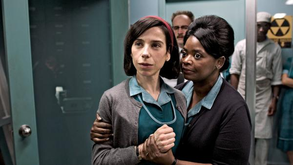 Sally Hawkins (Elisa) i Octavia Spencer (Zelda) w filmie Guillermo del Toro