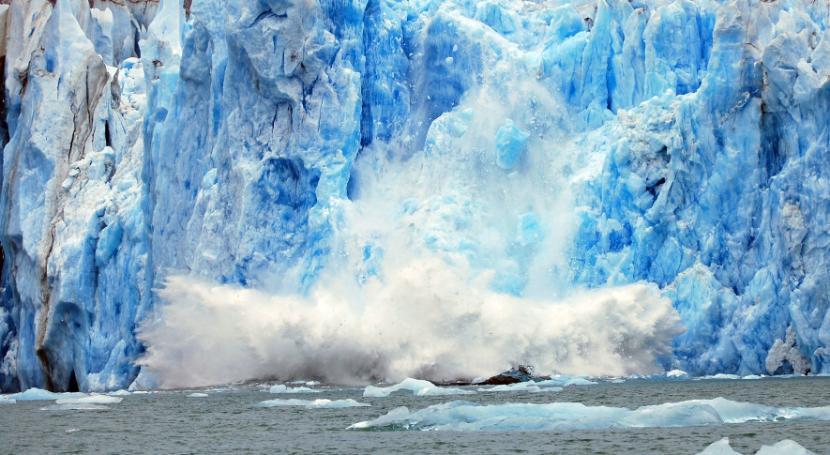 Topniejący lód odrywa się od lądolodu.