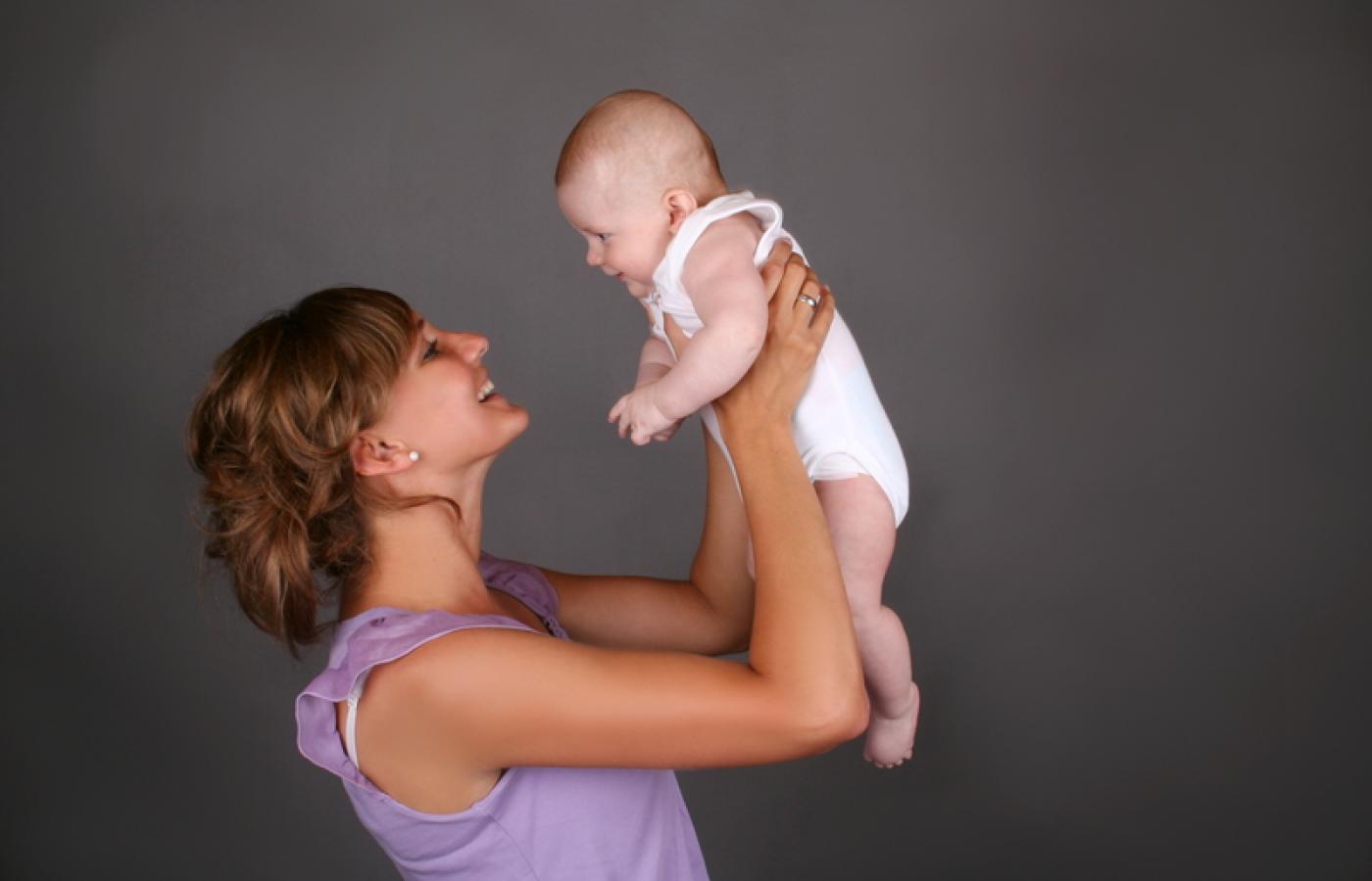 Spotyka się z młodszą dziewczyną z dzieckiem