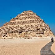Piramida Schodkowa Neczericheta (Dżesera) w Sakkarze, najstarsza monumentalna budowla na świecie wzniesiona z bloków kamiennych, ukończona ok. 2650 r. p.n.e.