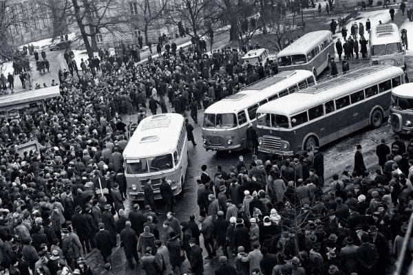 Autokary z tzw. aktywem robotniczym do rozpędzania wiecu na UW, 8 marca 1968 r.