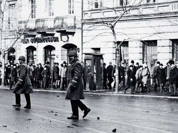 Krakowskie Przedmieście w pobliżu bramy Uniwersytetu Warszawskiego, 8 marca 1968 r.