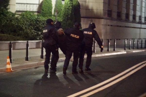 Policja wynosi z demonstracji Tadeusza Jakrzewskiego z Obywateli RP