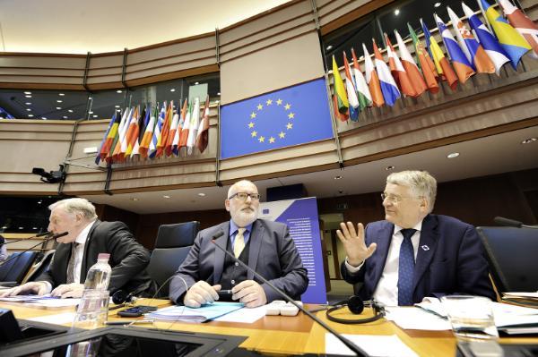 """""""Biała księga nie zawiera konkretnych odpowiedzi na rekomendacje""""– stwierdził wiceszef KE Frans Timmermans."""