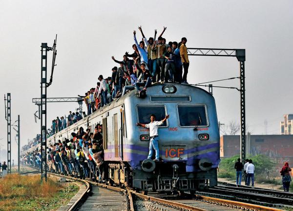 Dojazd do New Delhi. PrzepeÅnione pociÄgi to znak firmowy wspóÅczesnych Indii.
