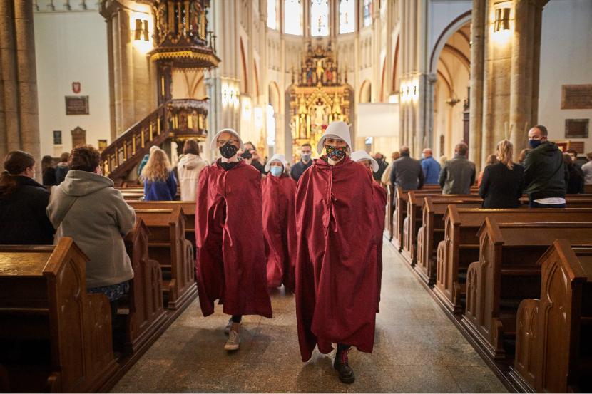 W łódzkiej katedrze protestowały Dziewuchy Dziewuchom w strojach Podręcznych.